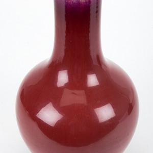 红釉长颈瓶
