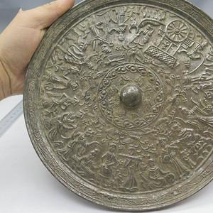 **的铜镜和陶器