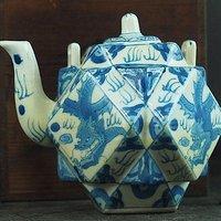青花多菱茶壶