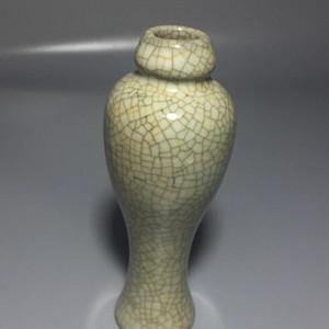 宋哥窑梅瓶:金丝铁线铁足,冰丝纹,开片自然,釉色温润
